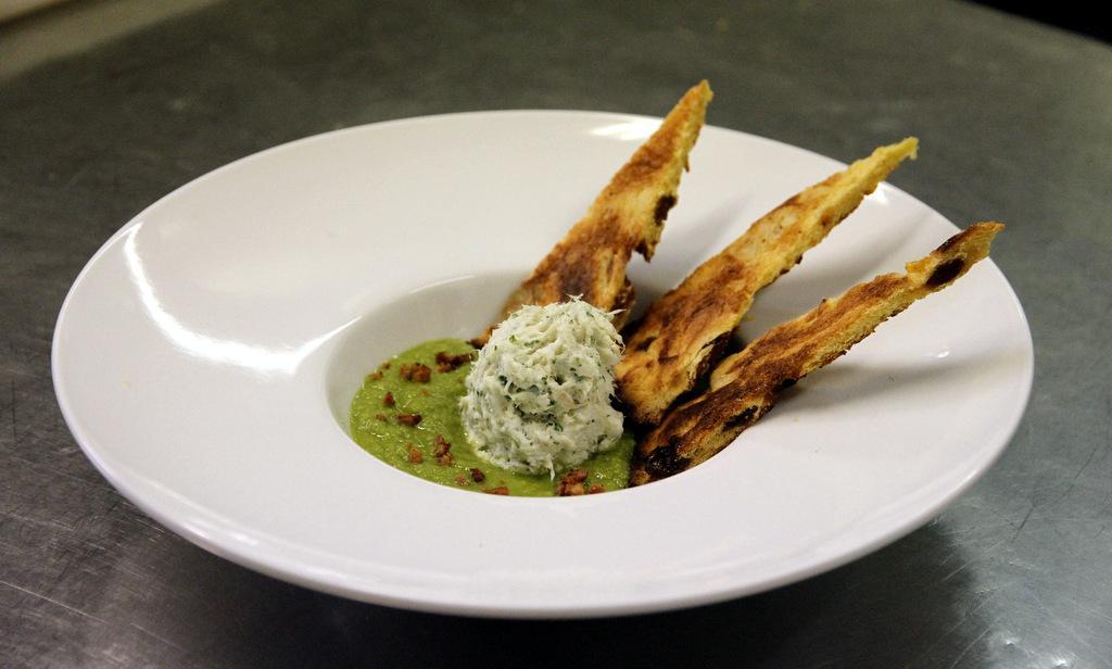 Franco Favaretto - Crema di piselli e mantecato alle erbe con cialda di panettone Loison albicocca e zenzero