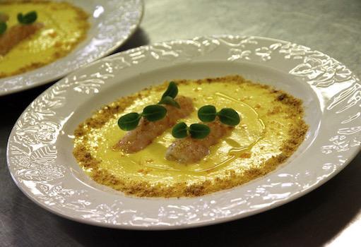 Davide Botta - Crema di riso Vialone nano allo zafferano, con scampi marinati e Polvere di Panettone Loison al Mandarino