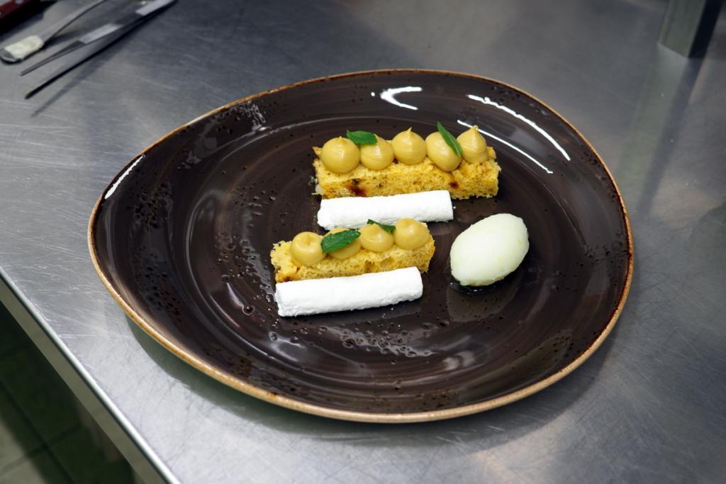 Andrea Rossetti - Panettone alla Camomilla  con liquirizia, marshmallow e granita al limone